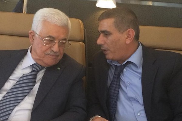 Nasser Laham (right) speaks to Palestinian President Mahmoud Abbas. (Courtesy of Ma'an News Agency)