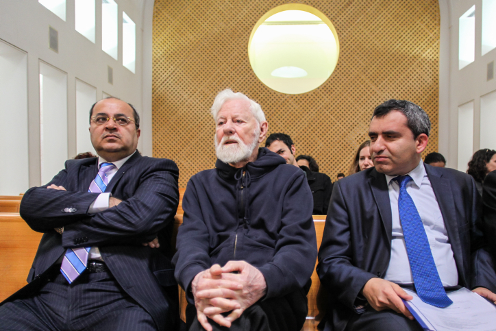 Uri Avnery (center) sits between Arab MK Ahmad Tibi (L), and Likud MK Zeev Elkin (R) in the Supreme Court in Jerusalem, February 16, 2014. (Flash90)