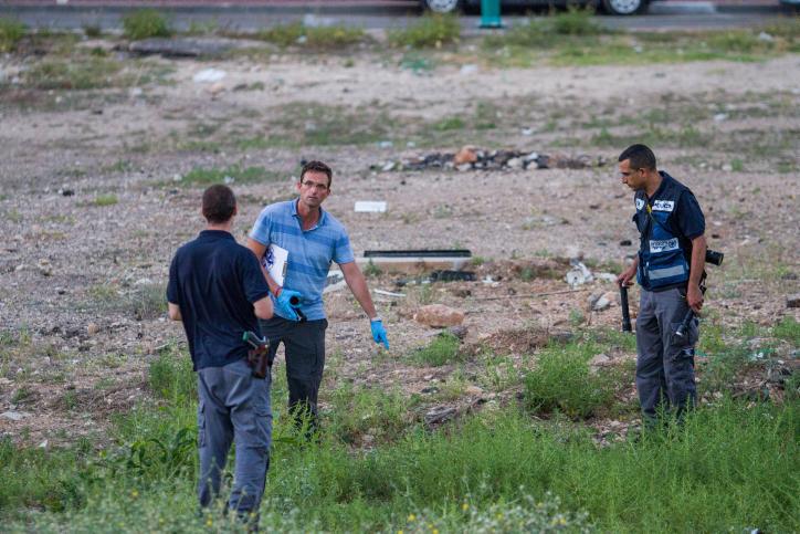 Forensic examiners investigate a murder scene in Haifa on June 10, 2018, where a woman was found dead. (Meir Vaknin/Flash90)