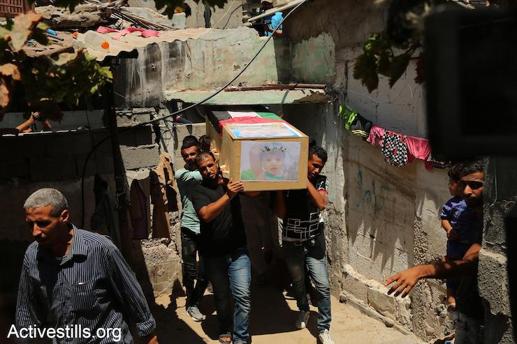 Palestinians carry the coffin of an 18-month old child who was killed by Israeli air attacks and artillery shelling on Gaza, August 9, 2018. (Mohammed Zaanoun/Activestills.org)