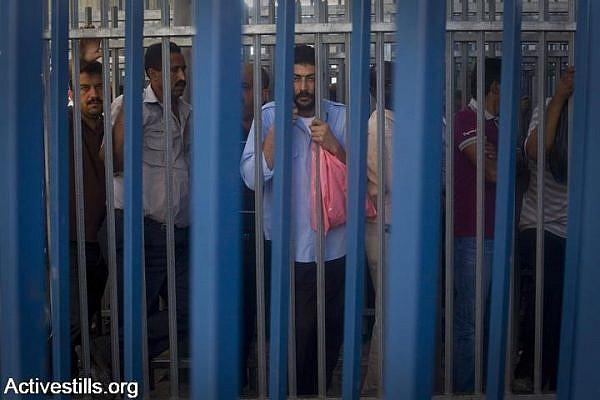 Palestinian men try to pass through the Qalandiya checkpoint on the last Friday of Ramadan, September 3, 2010. (Oren Ziv/Activestills.org)