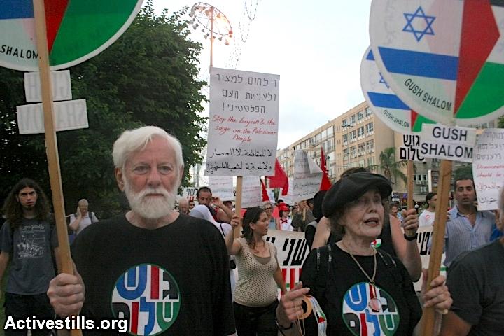 Uri Avnery (left) marches alongside his wife Rachel during a Gush Shalom rally. (Oren Ziv/Activestills.org)
