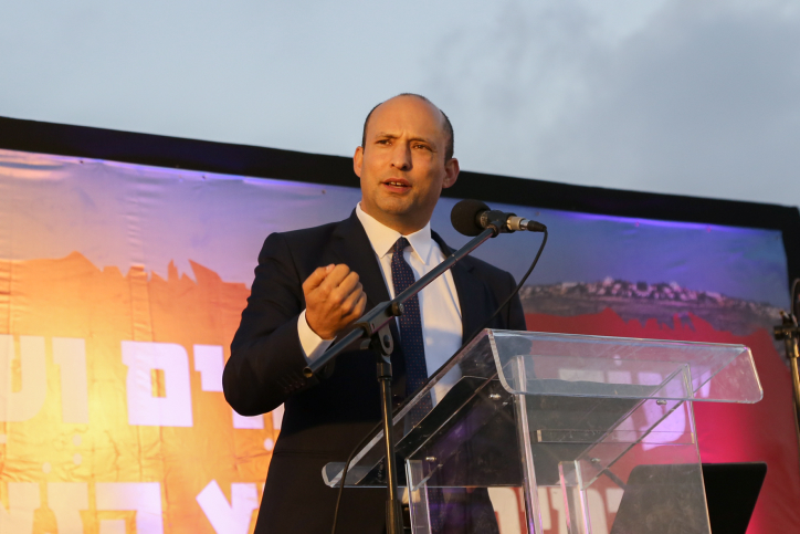 Minister of Education Nafatli Bennett speaks at a rally to support the residents of the Netiv Ha'avot outpost in the West Bank, June 11, 2018. (Gershon Elinson/Flash90)