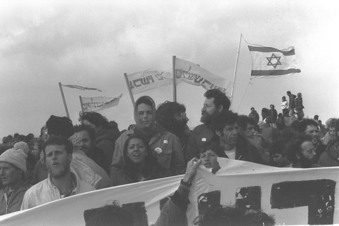 """""""PEACE NOW"""" PROTESTORS DEMONSTRATING AGAINST THE SETTING UP OF THE GUSH EMUNIM SETTLEMENT """"UPPER NABLUS"""" ON MOUNT BRACHA ABOVE THE TOWN OF NABLUS. Members of Peace Now demonstrate against the building of a new West Bank settlement near the city of Nablus, April 18, 1983. (Gil Goldshtein/GPO)"""