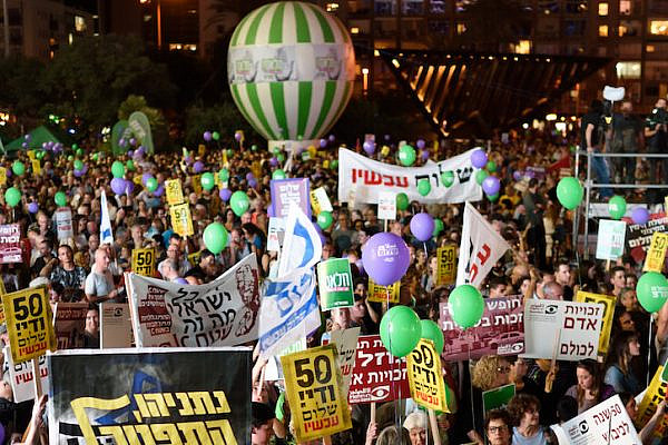 Thousands of Israeli left-wing activists take part in a rally in Rabin Square, demanding Israel enter talks with Palestinians and in support of the two-state solution, May 27th, 2017. (Gili Yaari/Flash90)