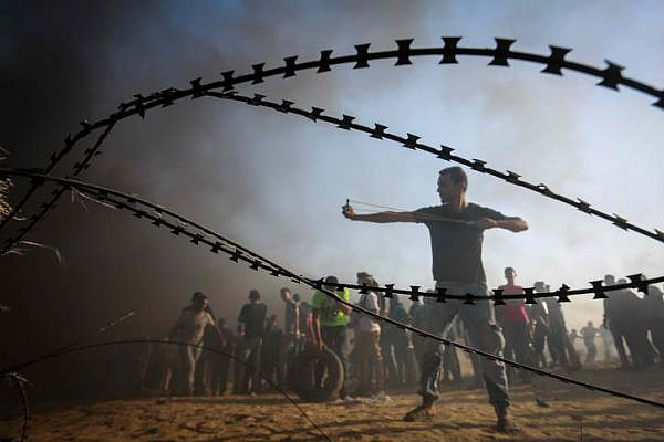 Palestinians protesting on the fence with Israel during the 22nd Friday of the Great Return March, August 24, 2018. (Abed Rahim Khatib/ Flash90)