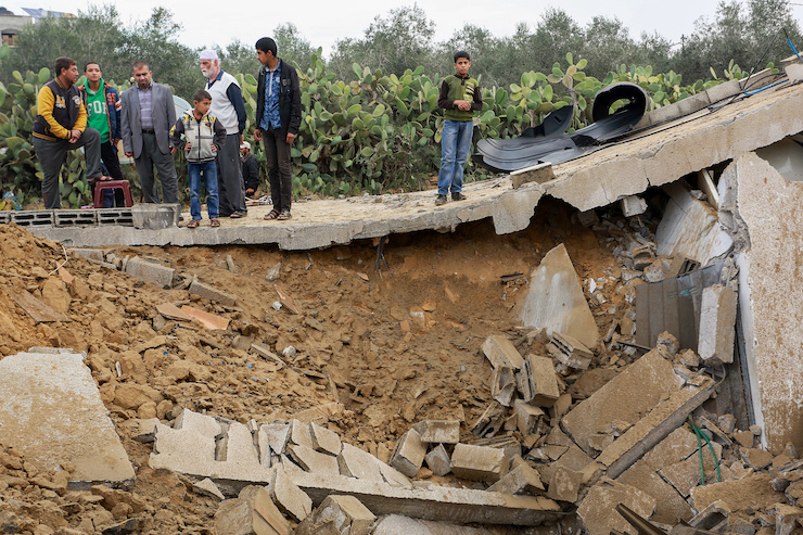 Palestinians inspect the rubble left of a Hamas facility destroyed by the Israeli army following a botched Israeli incursion into Gaza, November 12, 2018. (Abed Rahim Khatib/Flash90)