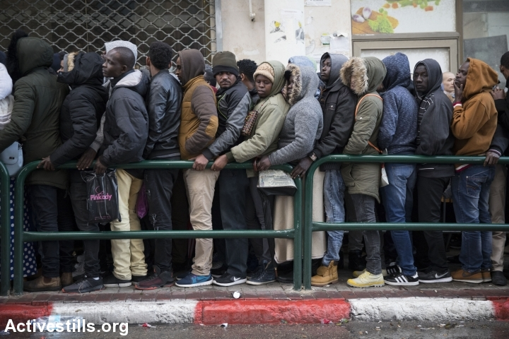 Asylum seekers, mostly from Sudan and Eritrea, wait outside the Interior Ministry in order to submit their asylum requests, south Tel Aviv, January 15, 2018. (Oren Ziv/Activestills.org)