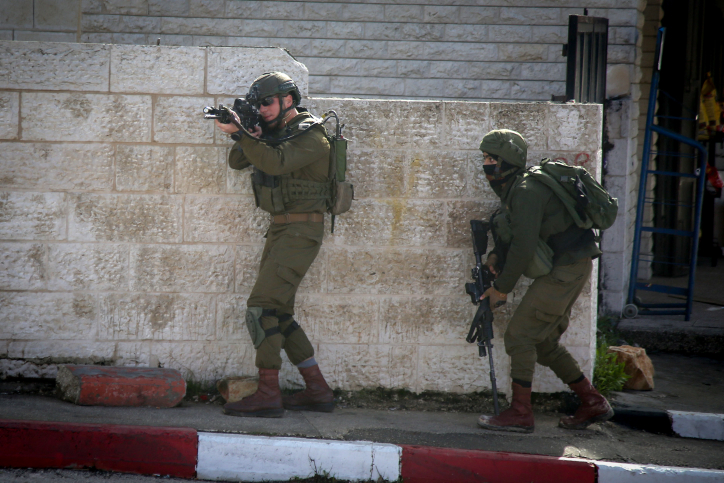 Israeli soldiers conduct a search for Palestinian suspects of a drive-by shooting attack in the West Bank City of Ramallah, December 10, 2018. (Flash90)