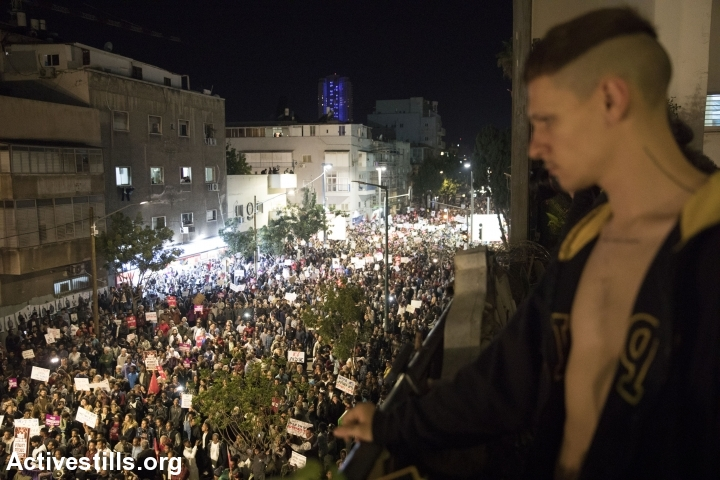 Over 20,000 asylum seekers and Israelis, including residents of southern Tel Aviv, protest against Israel's recent plan to deport African asylum seekers, in south Tel Aviv, February 25, 2018. (Oren Ziv/Activestills.org)