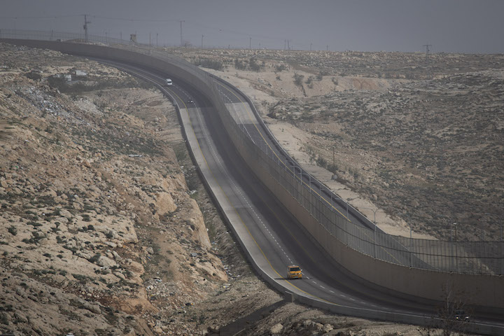 Route 4370, known as the 'apartheid road,' just east of Jerusalem, West Bank. (Oren Ziv/Activestills.org)