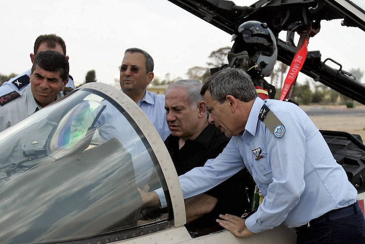 Israeli Prime Minister Benjamin Netanyahu, Defense Minister Ehud Barak, Chief of Staff Gabi Ashkenazi, and Air Force commander Ido Nehoshtanas inspect an F-15, August 11, 2009. (Edo Israel/Flash90)