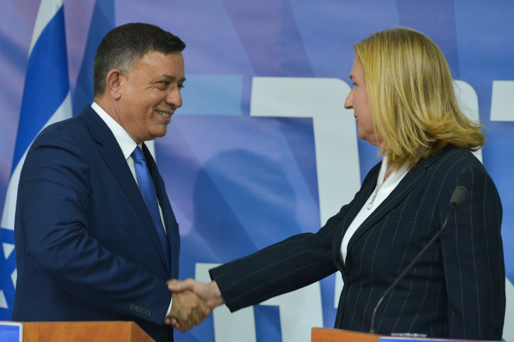 Head of the Zionist Union party Avi Gabbay (L) with Tzipi Livni at a press conference in Tel Aviv on July 23, 2018. (Flash90)