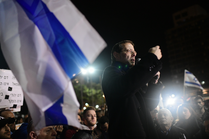 Right-wing politician Moshe Feiglin speaks during a demonstration in Tel Aviv's Rabin Square on February 9, 2019. (Tomer Neuberg/Flash90)