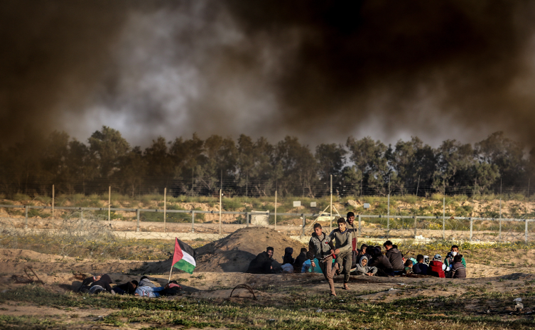 Palestinian protesters take part in the weekly Great Return March demonstration near the Israel-Gaza fence, east of Rafah, in the southern Gaza Strip, March 22, 2019. (Abed Rahim Khatib/Flash90)