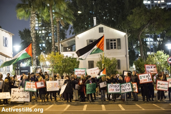 Israeli activists protest in front of the Israeli army headquarter in Tel Aviv in solidarity withGaza's Great March of Return, March 30, 2019. (Keren Manor/Activestills.org)