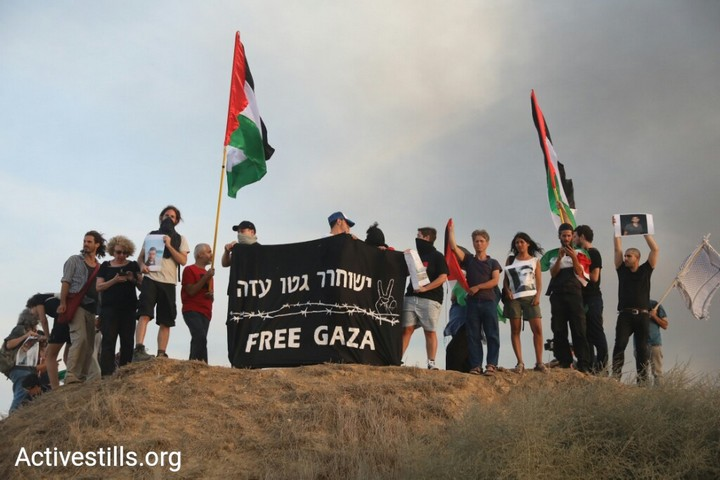 Jewish Israelis protest along the Gaza border in solidarity with the Great Return March, October 5, 2018. (Oren Ziv/Activestills.org)