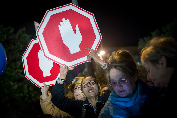 Hundreds attend a protest in Jerusalem against attempts to enact laws that bypass the High Court of Justice, on April 21, 2018. (Yonatan Sindel/Flash90)