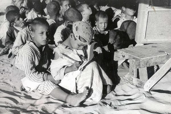 Palestinian refugee children seen in a makeshift school in Nablus, West Bank, 1948. (Hanini/CC BY-SA 3.0)