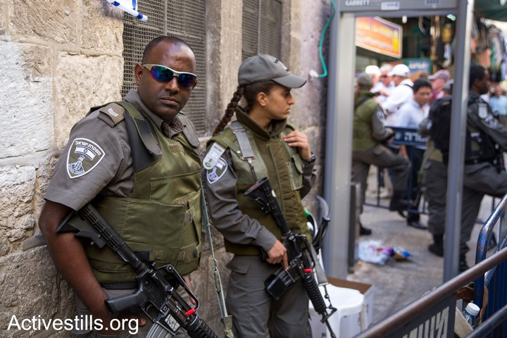 An Ethiopian Border Police officer seen in Jerusalem's Old City, October 15, 2015. (Ahmad al-Bazz/Activestills.org)