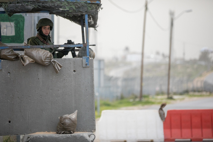 Israeli soldiers guard at the 'Bell' Checkpoint, on road 443 near Beit Horon, on January 6, 2019. (Yonatan Sindel/Flash90)