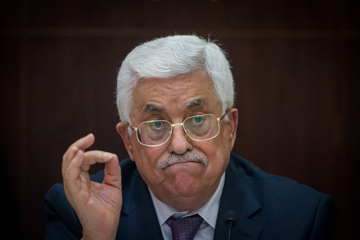 Palestinian President Mahmoud Abbas speaks at a meeting with Israeli correspondents at the Muqataa, the headquarters of the Palestinian Authority, in the West Bank city of Ramallah, on January 21, 2016. (Yonatan Sindel/Flash90)