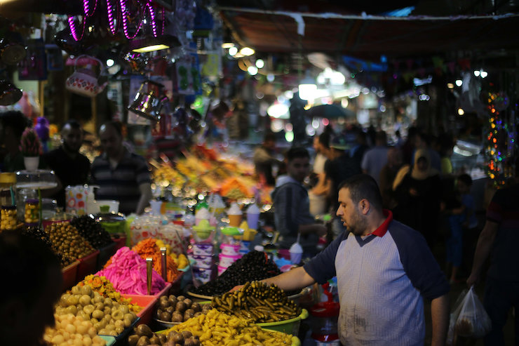 Palestinians shop in the market in Gaza City during the month of Ramadan on May 12, 2019. (Hassan Jedi/Flash90)