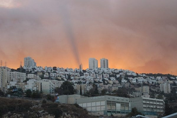 The flames of the Carmel fire seen on the backround of the town of Nesher (photo: grebulon/flickr)