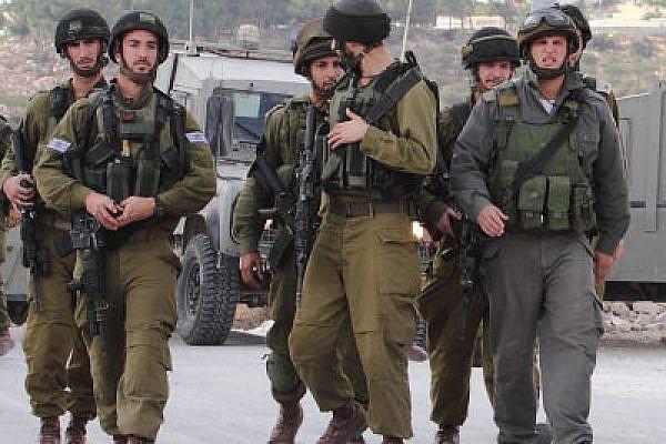 IDF soldiers marching in Al Ma'asara (Yossi Gurvitz)