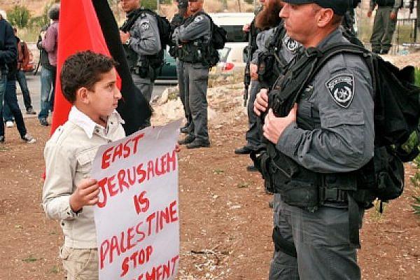 Palestinian child faces Israeli riot control police in East Jerusalem (photo: Lisa Goldman)