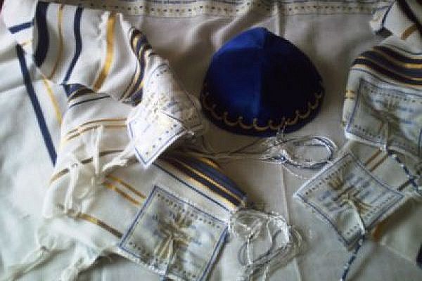 Tallit and Kippa from a Glasgow synagogue, 2007 (Photo: Jimmy MacDonald/flickr)