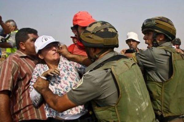 Soldiers attack demonstrators in Beit Umar, West Bank (photo: Joseph Dana)