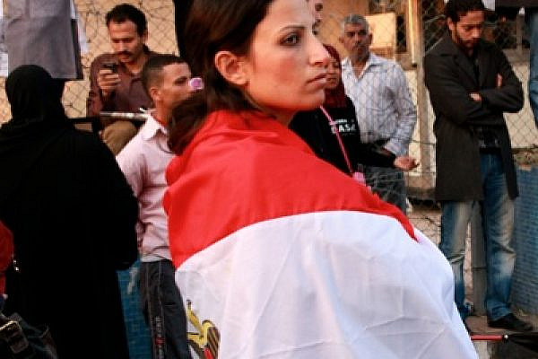 Cairo democracy activist wrapped in an Egyptian flag (photo: Lisa Goldman)