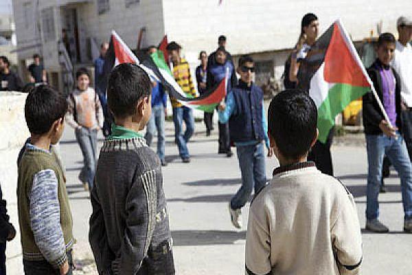 Palestinian children watch a demonstration in Al Ma'sara Photo:activestills.org
