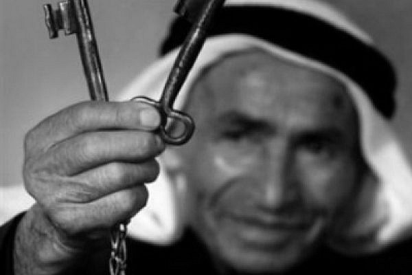 Palestinian refugee Ahmad Elaian showing the keys of his house in Palestine (photo: palestineremembered.com)