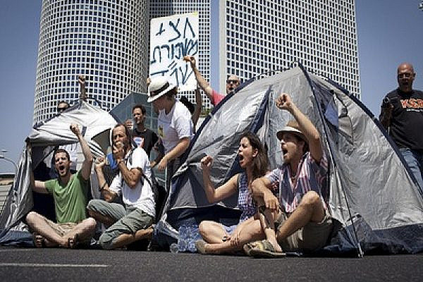 Tent City protestors blocking roads (photo: Oren Ziv/activestills)