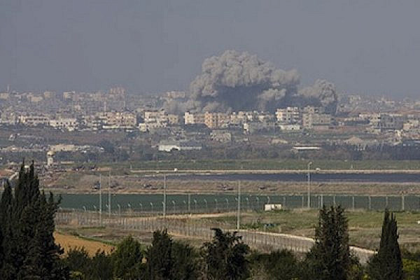 Air strike seen from Israeli Gaza border, 11/1/2009 (Photo: Oren Ziv/Activestills)