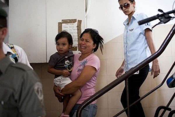 Deportation of foreign worker and child, Aug 19 2011 (Photo: Activestills)