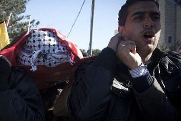 Mourners carry Mustafa Tamimi's body through Ramallah (photo: Activestills)