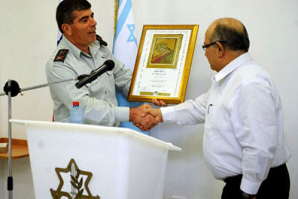 Meir Dagan (R) with Gen. Gabi Ashkenazi (Photo: Israel Defense Forces, CC BY-NC-SA 2.0)