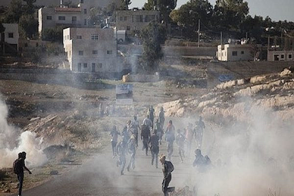 Palestinian protesters clashing with Israeli Soldiers (photo:Flickr/activestills)