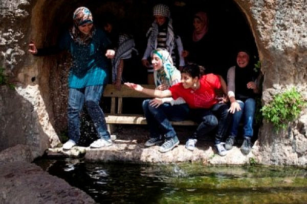 Women at the Al-Kous spring (Oren Ziv / Activestills)