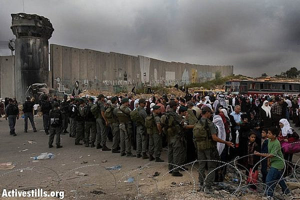 Palestinians waiting to cross Qalandiya (activestills)