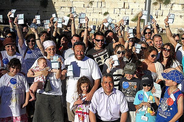 New immigrants at Western Wall getting IDs (Jewish Agency/CC BY ND 2.0)