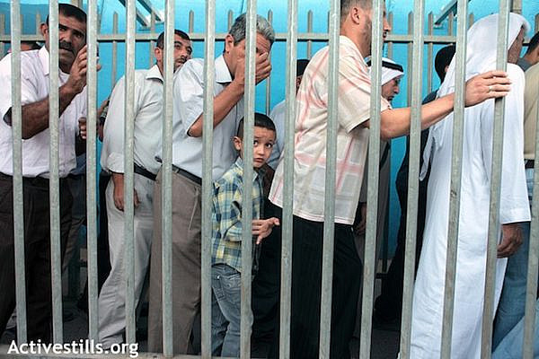 Palestinians in Bethlehem checkpoint trying to attend the Ramadan Friday prayers in the Al-Aqsa Mosque, August 10, 2012 (Activestills)