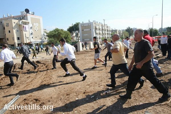 Israeli civilians run to take cover during a rocket attack from the Gaza Strip on November 15, 2012 in the south city of kiryat malachi, Israel. (photo by: Yotam Ronen/Activestills.org)