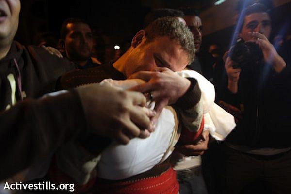 Omar Jihad Mashrawi holding his one-year-old son, who died from his injuries following an Israeli air strike, Shifa Hospital, Gaza City. (photo: Anne Paq / Activestills)