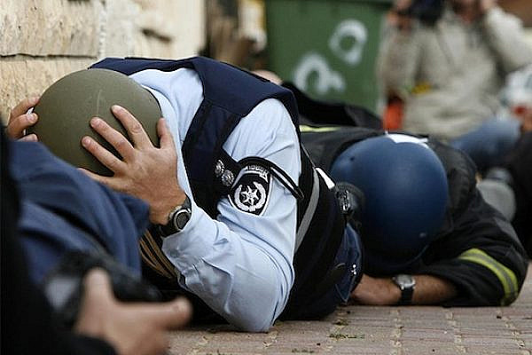 An Israeli police officer and reporters take cover during a rocket attack in the southern town of Sderot, Israel on December 30, 2008 (photo: Amir Farshad Ebrahim / CC BY-SA 2.0)