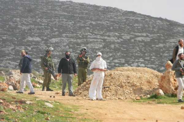 IDF soldiers and settlers enter the land of Qusra, 23.2.2012 (photo: Saad Al-Wadi)