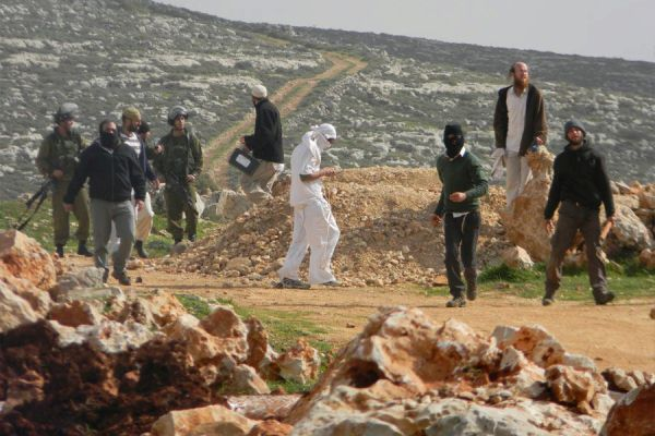 Settlers attack Palestinians in Qusra as IDF soldiers stand by (photo Sa'ad Al-Wadi)